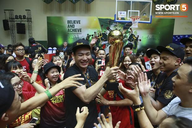 Người hâm mộ xúc động không nói thành lời, bật khóc hạnh phúc cùng dàn cầu thủ Saigon Heat trong ngày lập nên lịch sử tại VBA 2019 - Ảnh 11.