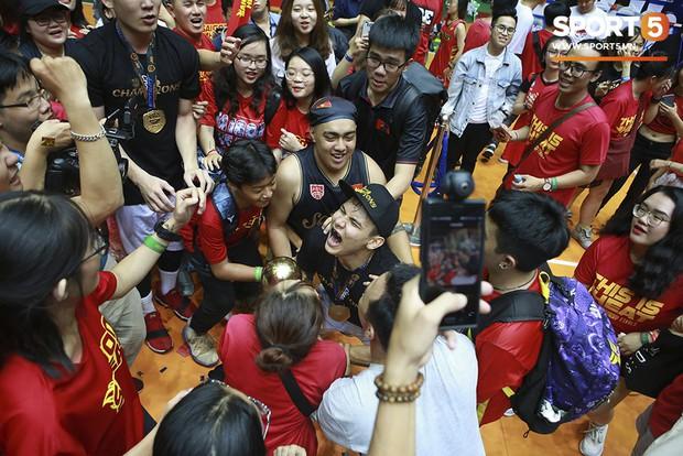 Người hâm mộ xúc động không nói thành lời, bật khóc hạnh phúc cùng dàn cầu thủ Saigon Heat trong ngày lập nên lịch sử tại VBA 2019 - Ảnh 12.