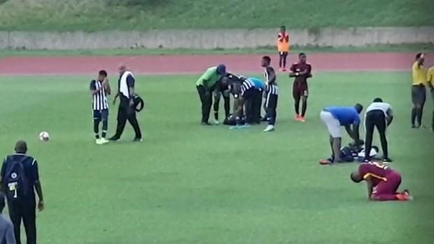 Bàng hoàng nhìn cảnh 4 cầu thủ tuổi teen đổ gục sau tiếng sét đánh - Ảnh 2.