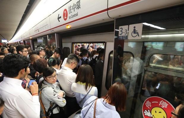 Hệ thống tàu điện ngầm Hong Kong gặp sự cố khiến 8 người bị thương - Ảnh 1.