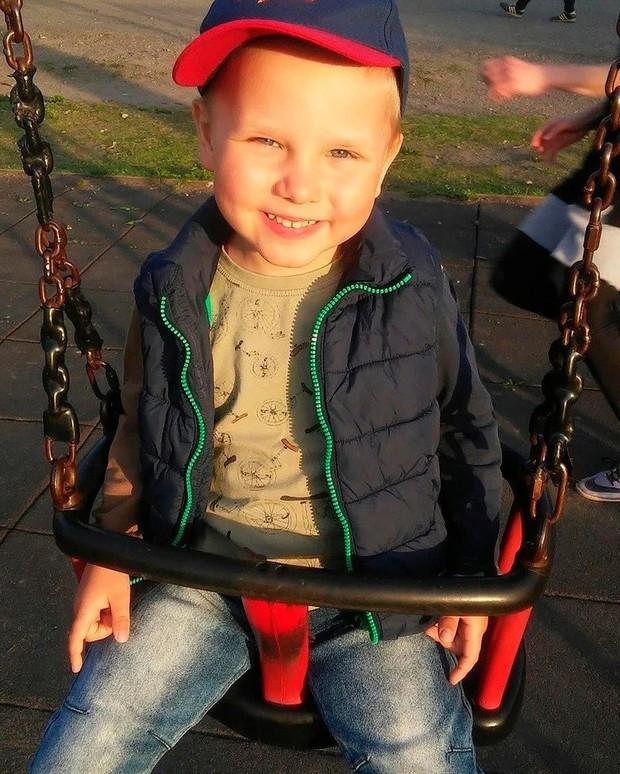 Hy sinh thân mình giải cứu ông ngoại bị ngã vào lò sưởi, cậu bé 6 tuổi được truy tặng Huân chương Anh dũng của nước Nga - Ảnh 1.