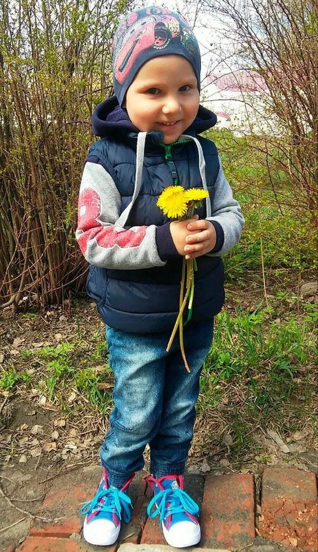 Hy sinh thân mình giải cứu ông ngoại bị ngã vào lò sưởi, cậu bé 6 tuổi được truy tặng Huân chương Anh dũng của nước Nga - Ảnh 2.