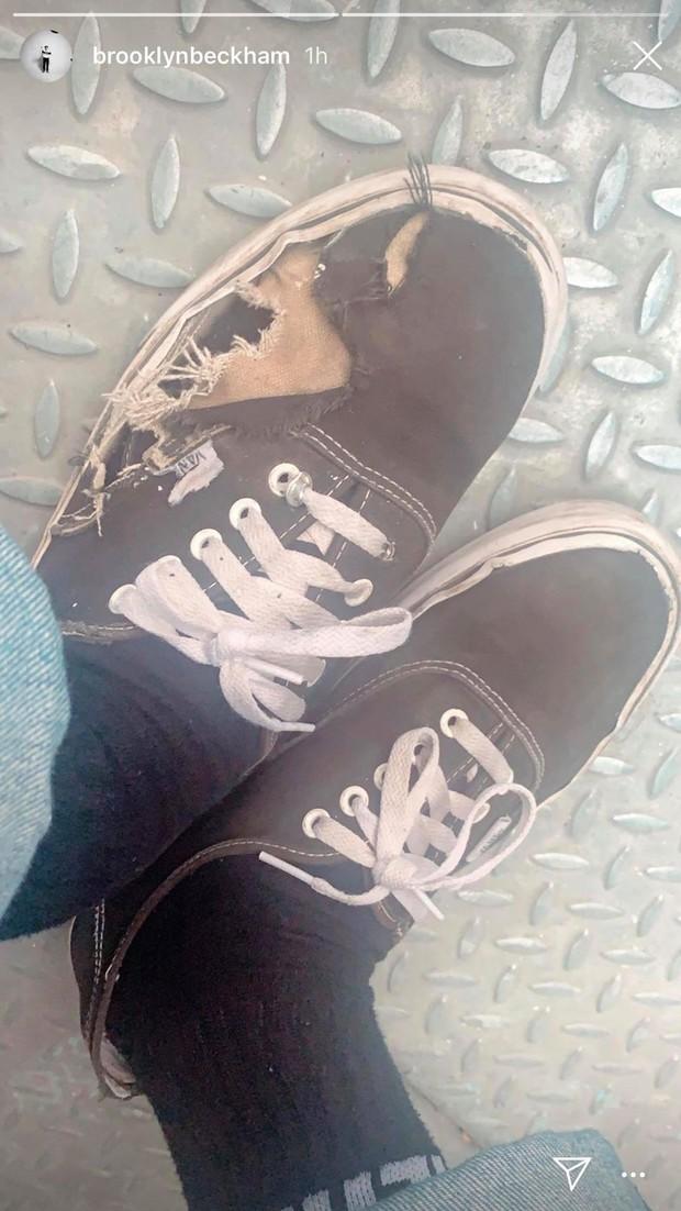 Đỉnh cao bô nhếch: Nhà giàu, mẹ lại là NTK nổi tiếng thế mà Brooklyn Beckham lại đi đôi giày rách tan nát ra đường - Ảnh 2.