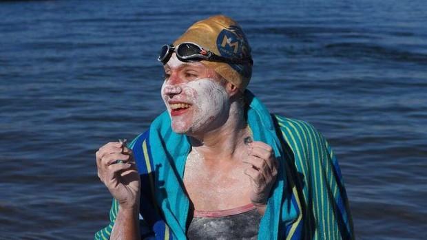 Nữ bệnh nhân ung thư lập kỷ lục bơi 4 lần không nghỉ qua Eo biển Manche - Ảnh 1.