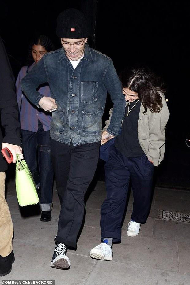 Cậu cả Brooklyn Beckham tươi cười nắm chặt tay trai lạ không rời, chẳng lẽ đổi gu hậu chia tay bạn gái? - Ảnh 1.