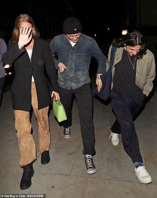 Cậu cả Brooklyn Beckham tươi cười nắm chặt tay trai lạ không rời, chẳng lẽ đổi gu hậu chia tay bạn gái? - Ảnh 3.