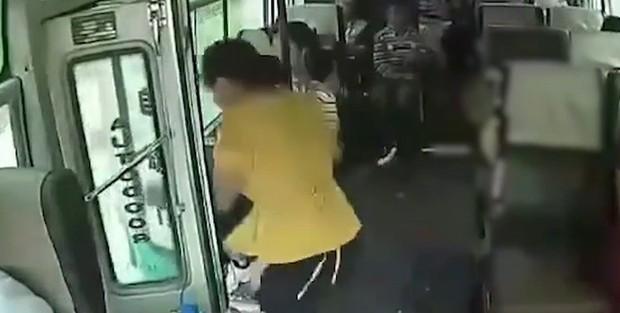 Xe khách đang chạy nhưng không đóng cửa, nữ hành khách bất ngờ nhảy xuống thiệt mạng - Ảnh 2.