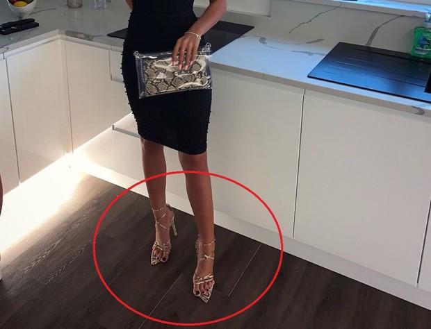 Góc chưa già đã lú: Gái xinh than chân đau như muốn gãy khi đi giày cao gót, té ra là cô đã xỏ ngược - Ảnh 3.