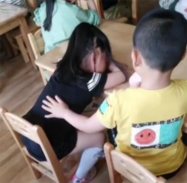 Cô giáo gửi ảnh con vui chơi với các bạn ở trường mẫu giáo, mẹ hoang mang phát hiện điều bất thường - Ảnh 3.