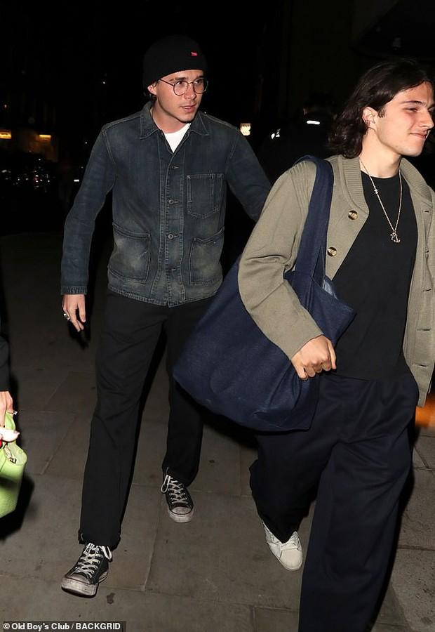 Cậu cả Brooklyn Beckham tươi cười nắm chặt tay trai lạ không rời, chẳng lẽ đổi gu hậu chia tay bạn gái? - Ảnh 4.