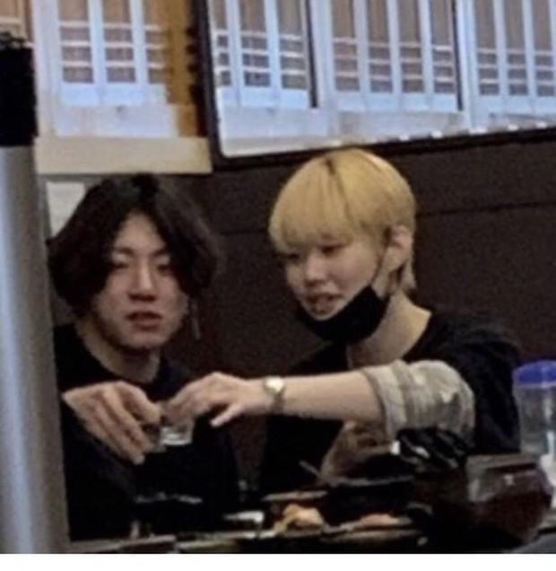 HOT: Em út Jungkook (BTS) lộ ảnh CCTV ôm ấp, uống rượu với gái lạ, tình trạng hôn nhân của cô gái gây bão toàn cầu - Ảnh 3.