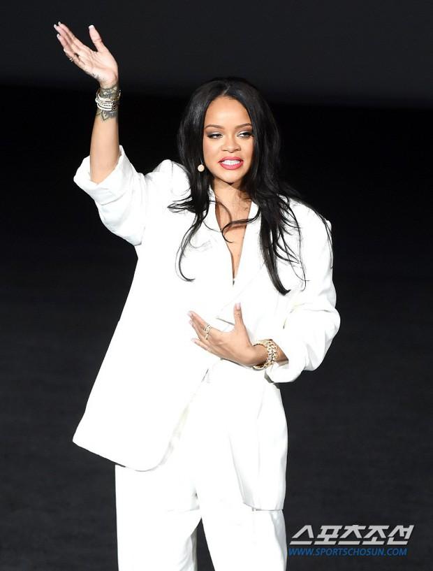 Knet vô cùng phẫn nộ vì Rihanna đến trễ tận 2 tiếng rưỡi khi dự sự kiện tại Hàn, lời xin lỗi còn gây tranh cãi hơn - Ảnh 3.