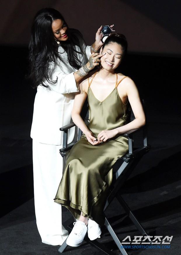 Knet vô cùng phẫn nộ vì Rihanna đến trễ tận 2 tiếng rưỡi khi dự sự kiện tại Hàn, lời xin lỗi còn gây tranh cãi hơn - Ảnh 6.