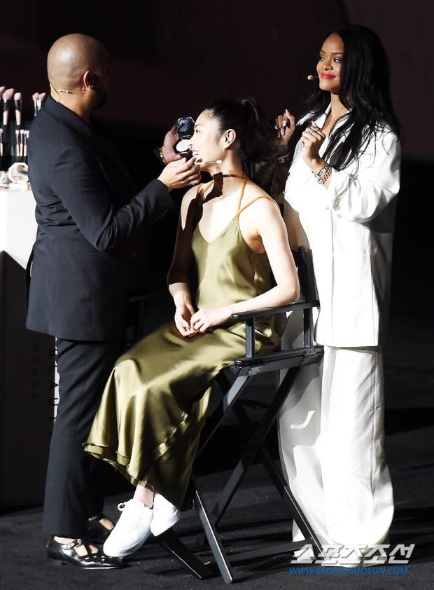 Knet vô cùng phẫn nộ vì Rihanna đến trễ tận 2 tiếng rưỡi khi dự sự kiện tại Hàn, lời xin lỗi còn gây tranh cãi hơn - Ảnh 8.