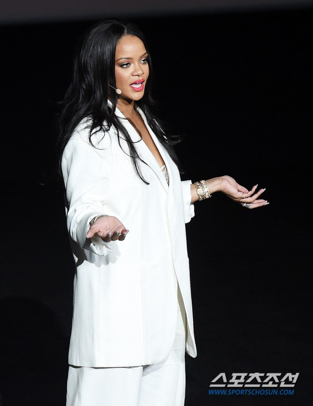 Knet vô cùng phẫn nộ vì Rihanna đến trễ tận 2 tiếng rưỡi khi dự sự kiện tại Hàn, lời xin lỗi còn gây tranh cãi hơn - Ảnh 1.