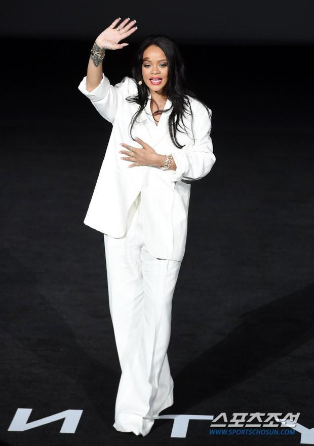 Knet vô cùng phẫn nộ vì Rihanna đến trễ tận 2 tiếng rưỡi khi dự sự kiện tại Hàn, lời xin lỗi còn gây tranh cãi hơn - Ảnh 5.