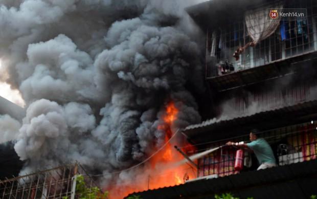 Hà Nội: Cháy lớn tại khu tập thể Kim Liên, người dân khóc nghẹn vì ngọn lửa bao trùm kinh hoàng - Ảnh 2.