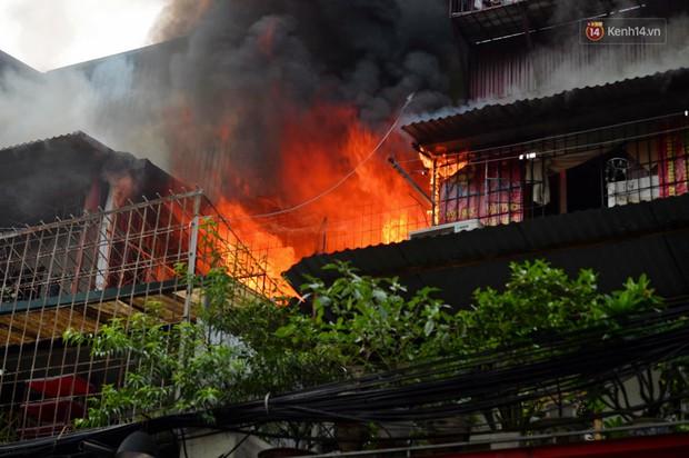 Hà Nội: Cháy lớn tại khu tập thể Kim Liên, người dân khóc nghẹn vì ngọn lửa bao trùm kinh hoàng - Ảnh 3.