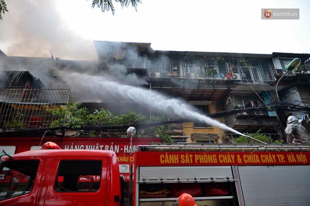 Hà Nội: Cháy lớn tại khu tập thể Kim Liên, người dân khóc nghẹn vì ngọn lửa bao trùm kinh hoàng - Ảnh 7.
