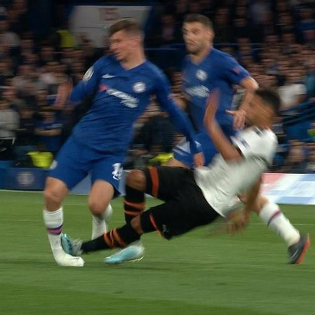 Bàng hoàng khi chứng kiến cổ chân của sao Chelsea bị bẻ cong rùng rợn sau cú đạp nguy hiểm của đối thủ - Ảnh 2.