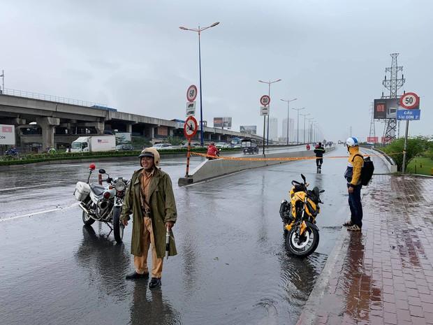Phong tỏa một phần cầu Sài Gòn vì nhiều xe máy bị té ngã nghi do dầu nhớt - Ảnh 2.