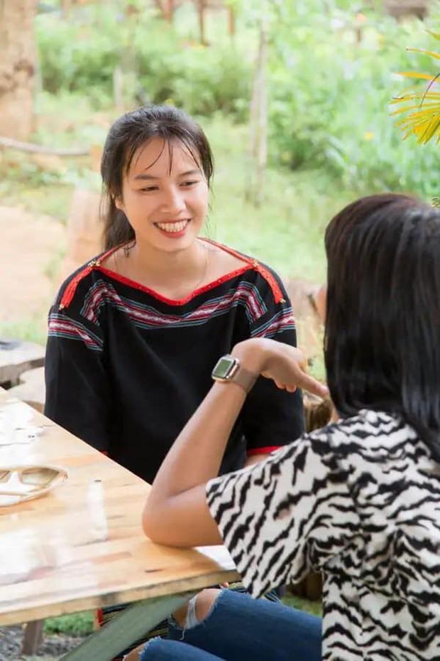 HLuăi Hwing: Cô bé Ê-đê 18 tuổi được HHen Niê chiêu mộ đi thi Hoa hậu lột xác thành bản sao Phạm Hương - Ảnh 1.