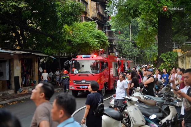 Hà Nội: Cháy lớn tại khu tập thể Kim Liên, người dân khóc nghẹn vì ngọn lửa bao trùm kinh hoàng - Ảnh 8.