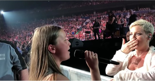 """Khi sao US-UK quá sốc trước giọng hát của fan: Beyoncé, Rihanna """"đứng hình mất 5 giây"""", Adele cần truyền thái y gấp - Ảnh 3."""