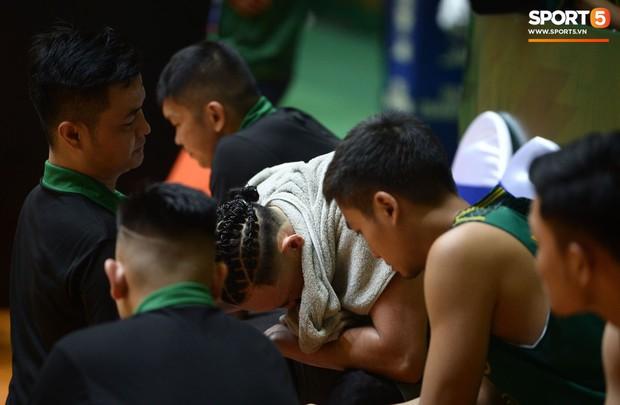 Nhói lòng hình ảnh Tâm Đinh nén đau để thi đấu nhưng rồi không thể tiếp tục, ngã gục trong vòng tay của HLV Cantho Catfish - Ảnh 7.