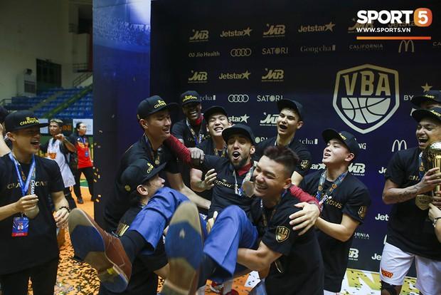 Người hâm mộ xúc động không nói thành lời, bật khóc hạnh phúc cùng dàn cầu thủ Saigon Heat trong ngày lập nên lịch sử tại VBA 2019 - Ảnh 8.