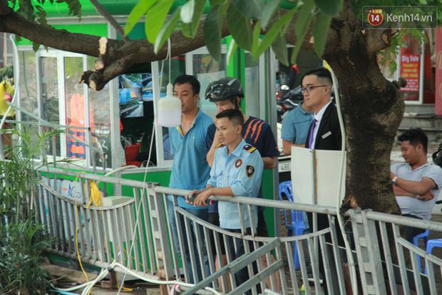 Cá Koi chết sau 2 ngày được thả xuống sông Tô Lịch, bảo vệ túc trực ngày đêm - Ảnh 7.