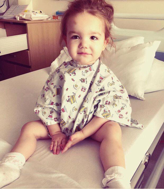 Mắc căn bệnh bí ẩn, bé gái đáng thương không thể sống nếu không được truyền máu của người khác - Ảnh 1.