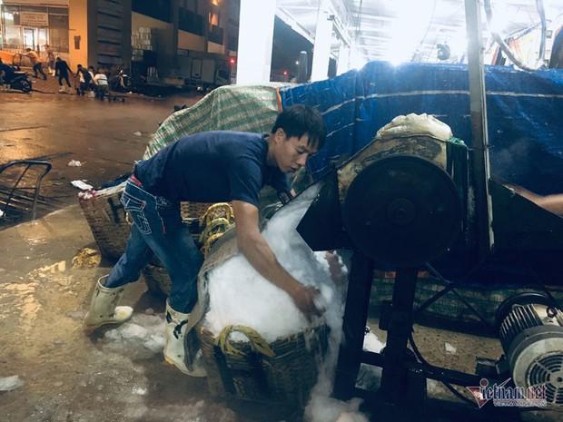 Vác đá lạnh xuyên đêm, anh công nhân phấn khởi nhận 400 ngàn đồng - Ảnh 2.