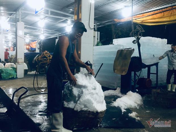 Vác đá lạnh xuyên đêm, anh công nhân phấn khởi nhận 400 ngàn đồng - Ảnh 5.