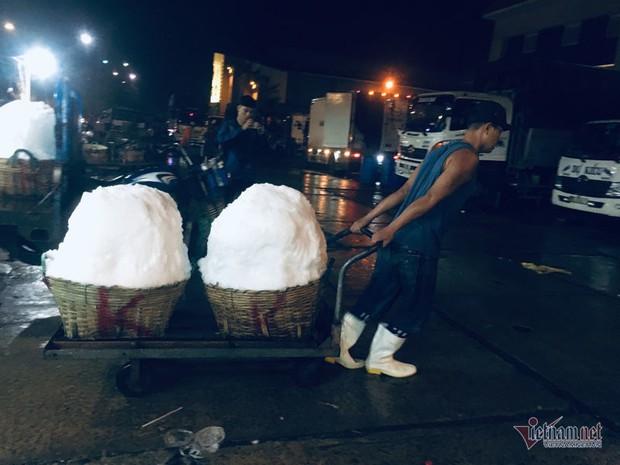 Vác đá lạnh xuyên đêm, anh công nhân phấn khởi nhận 400 ngàn đồng - Ảnh 9.