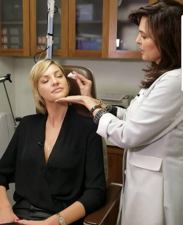 Bác sĩ da liễu khuyến cáo: Rửa mặt mà như cách của 2 chị em Kendall - Kylie thì làn da chỉ có đường tuột dốc - Ảnh 5.