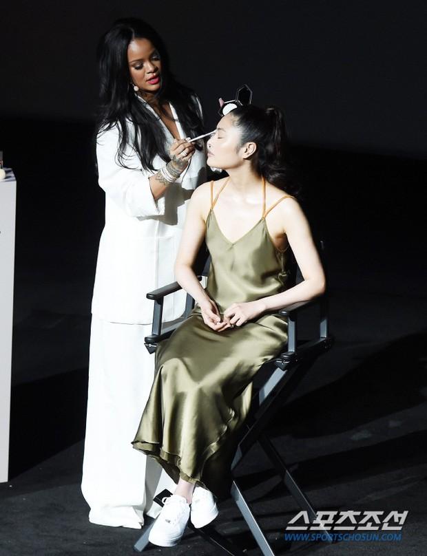 Knet vô cùng phẫn nộ vì Rihanna đến trễ tận 2 tiếng rưỡi khi dự sự kiện tại Hàn, lời xin lỗi còn gây tranh cãi hơn - Ảnh 7.