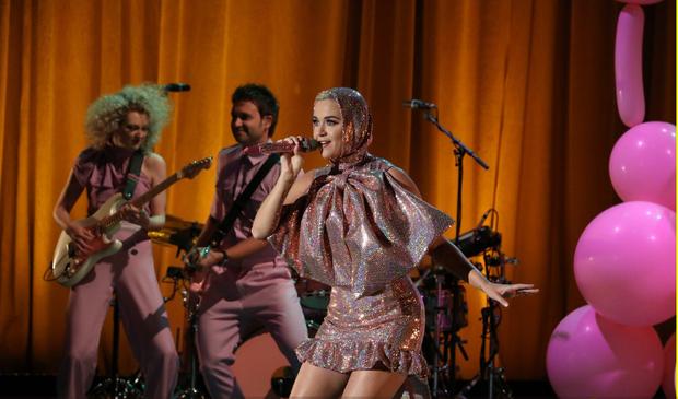 Khổ thân thực sự: Katy Perry càng quảng bá cho ca khúc, Small Talk lại càng... flop! - Ảnh 4.