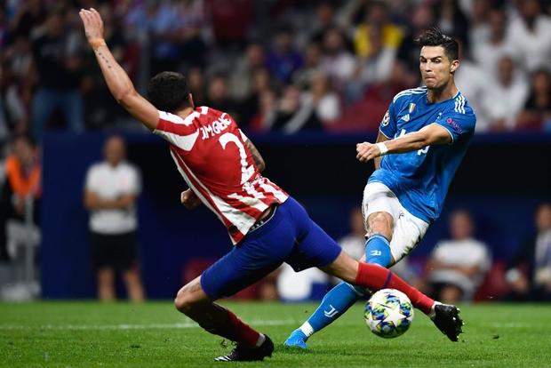 Lừa qua 4 cầu thủ đội bạn nhưng sút ra ngoài trong gang tấc, Ronaldo ôm đầu tiếc nuối cùng cực - Ảnh 2.