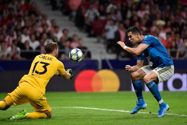 Lừa qua 4 cầu thủ đội bạn nhưng sút ra ngoài trong gang tấc, Ronaldo ôm đầu tiếc nuối cùng cực - Ảnh 5.