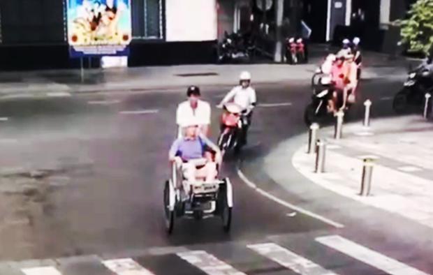 2 nữ du khách nước ngoài bị tài xế xích lô chặt chém gần 2 triệu đồng ở trung tâm Sài Gòn - Ảnh 2.