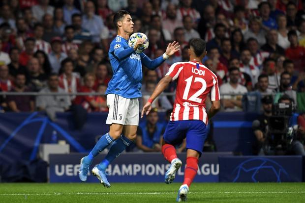 Lừa qua 4 cầu thủ đội bạn nhưng sút ra ngoài trong gang tấc, Ronaldo ôm đầu tiếc nuối cùng cực - Ảnh 6.