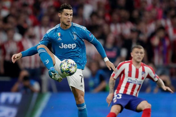 Lừa qua 4 cầu thủ đội bạn nhưng sút ra ngoài trong gang tấc, Ronaldo ôm đầu tiếc nuối cùng cực - Ảnh 7.