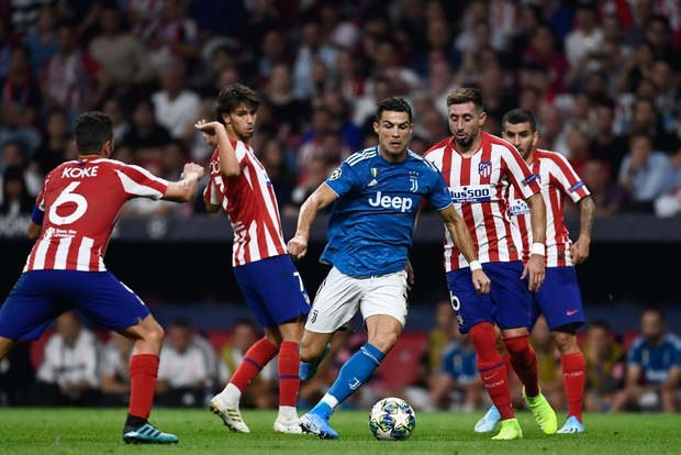Lừa qua 4 cầu thủ đội bạn nhưng sút ra ngoài trong gang tấc, Ronaldo ôm đầu tiếc nuối cùng cực - Ảnh 1.