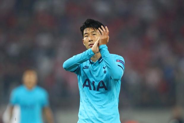 Son Heung-min gây sốt với biểu cảm buồn bã khi phải ngồi dự bị nhưng các fan còn phát hiện thêm một chi tiết đáng chú ý từ bàn tay anh chàng - Ảnh 3.