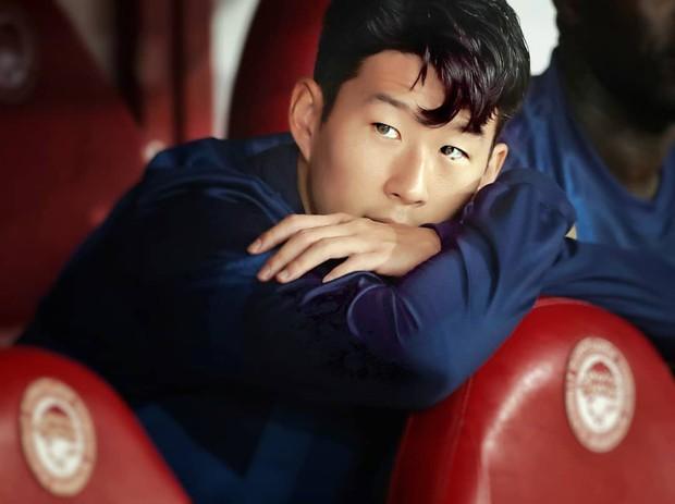 Son Heung-min gây sốt với biểu cảm buồn bã khi phải ngồi dự bị nhưng các fan còn phát hiện thêm một chi tiết đáng chú ý từ bàn tay anh chàng - Ảnh 1.