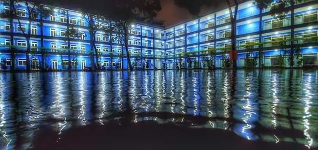 Trường bị mưa ngập nước nhưng vô tình tạo nên khung cảnh đẹp như Long Cung, nhìn thôi đã thấy mê rồi - Ảnh 1.