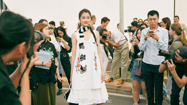 Đang từ nữ thần thảm đỏ Cannes, Quan Hiểu Đồng biến mình thành thảm hoạ khi đứng cạnh mỹ nhân gợi cảm Sunmi - Ảnh 9.