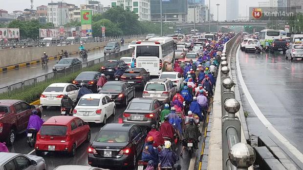 Ảnh, clip: Mưa lớn đúng giờ cao điểm, người dân chen chân nhích từng chút một trên những tuyến đường ùn tắc - Ảnh 2.