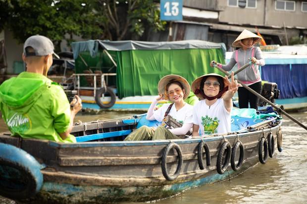 Võ Hoàng Yến mặc áo bà ba, rao bán trái cây giữa chợ nổi Cái Răng - Ảnh 3.